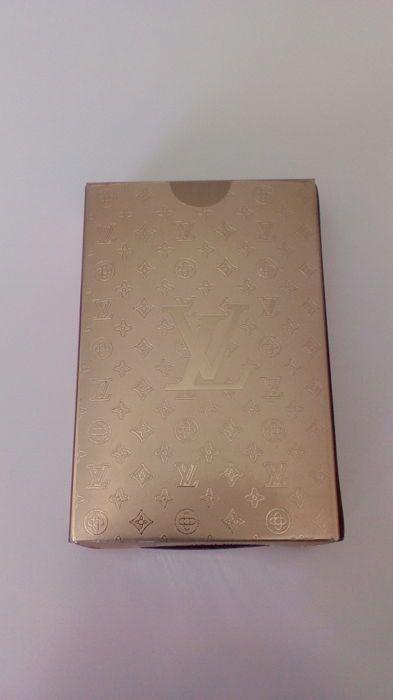 Dek van pokerkaarten van Louis Vuitton  Dek van pokerkaarten van Louis Vuitton. Met zijn originele doos. Nieuw. Kleur goud en waterdicht dek. Product voor verzamelaars. Zeldzame en moeilijk te vinden artikel aangezien het een product dat wordt gegeven aan speciale klanten. Het wordt niet verkocht in de boetieks  EUR 0.00  Meer informatie
