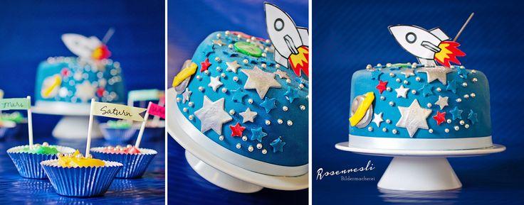 Geburtstagskuchen mit neun Cupcakes, Planeten des Sonnensystemes. Gefüllter Bisquit mit Mangocreme. Fondantüberzug. #birthdaycake #fondantcake #spacetheme #spacecake #cupcake #solarsystem #birthdayparty #geburtstagskuchen #torte #kindergeburtstag #weltraum #blau #blue #homemade #rakete #astronaut #weltraum-party