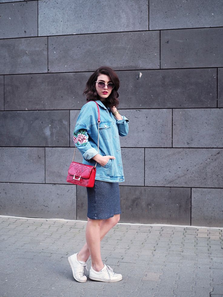embroidered denim jacket oversize 90s trend jeans stickerei blumen floral bodycon dress red bag sassy classy sneakers adidas superstar spring berlin streetstyle inspiration berlin