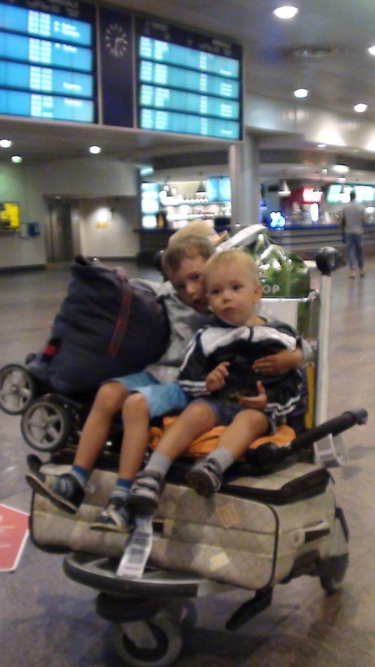 И отдельное спасибо администратору комнаты матери и ребенка терминала D аэропорта Шереметьево! (а вдруг прочитает! :) Она, кстати, меня просветила, что в соседнем терминале E есть так называемый капсульный отель - маленькие комнатки без окна, зато каждая с собственным санузлом, как и полагается отелю.
