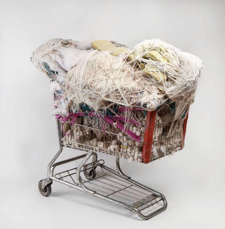 Judith Scott était une artiste américaine qui travaillait à partir de fils et de tissus qu'elle utilisait pour enrouler des objets dans des pelotes qui les dissimulaient complètement. Il est parfois possible de distinguer l'objet de départ avec sa forme générale mais ça reste souvent un mystère et on a du utiliser des radios pour …