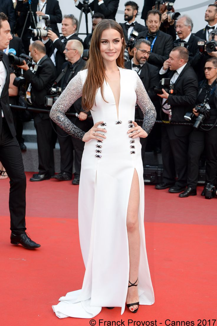 Less is more for the gorgeous Fahriye Evcen and her sleek hairstyle on the #redcarpet for the projection of The Meyerowitz Stories from Noah Baumbach  #franckprovost #frenchtouch #beauty #redcarpet #cannesforever #cannes2017