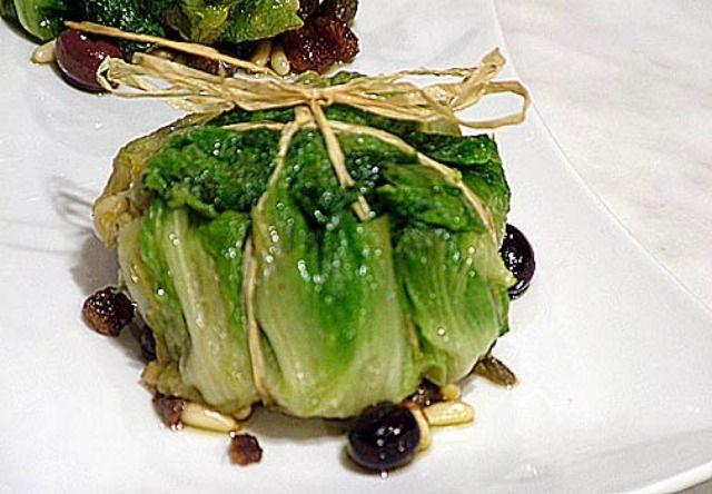 Ricette con la scarola - la scarola è una verdura deliziosa specie se imbottita con olive, formaggio, uvetta e pinoli, una ricetta insolita e non sprecona.