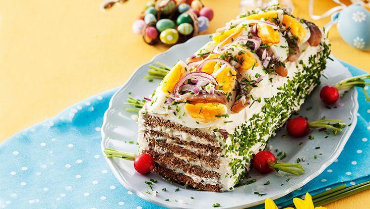 Lättlagad och festlig smörgåstårta med ägg, sill och kavring. Gott till påsk!