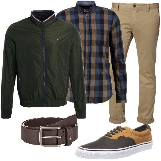 Per l'uomo che adora le camicie a quadri, ecco questa bellissima proposta, in cotone, sulle tinte del blu e del beige. Abbiniamo pantaloni Hugo Boss, giubbino bomber verde, con collo alla coreana, sneakers marroni e beige Vans, in tela e similpelle e cintura marrone.