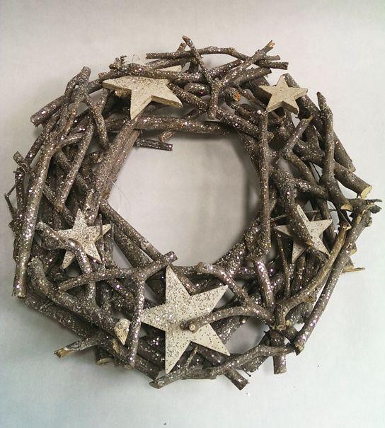 Van takken gemaakte kerstkrans met houten sterren en glitters. De kerst krans staat prachtig als tafeldecoratie of als versiering op de voordeur!