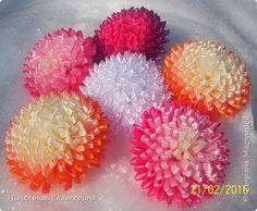 Хочу поделиться способом изготовления таких цветочков. На просторах интернета находила сам способ складывания лепестков, но таких цветочков не встречала.  фото 1