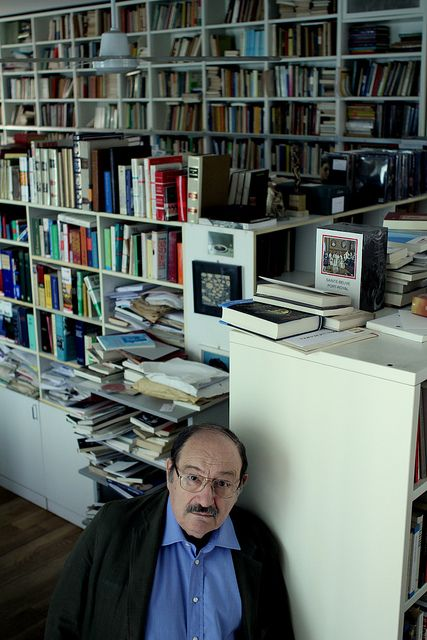 Umberto Eco en su biblioteca.