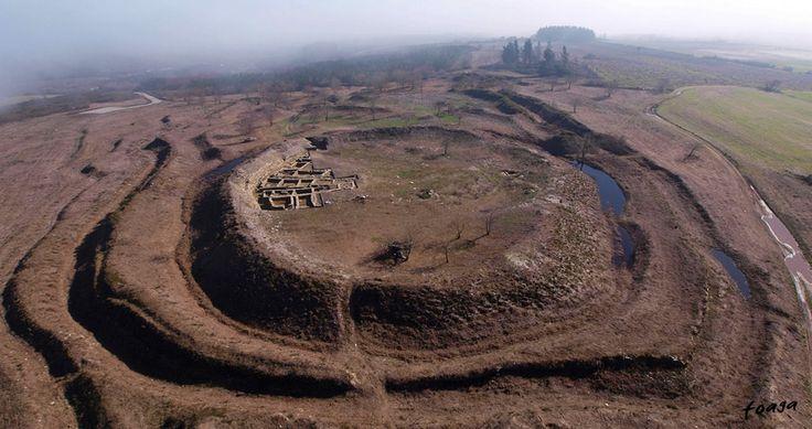 """Castro de Portomarín, Galicia, Spain. """"Castro"""" es un poblado fortificado de la Edad de Hierro y Bronce."""