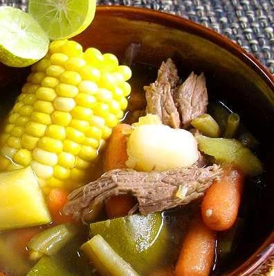 Caldo de res -- clásico guiso casero, excelente tanto por su exquisito sabor como por lo sencillo y nutritivo de sus ingredientes. // Mexican beef vegetable soup -- classic homestyle dish beloved as much for its simple and nutritious ingredients as for its delicious flavor.