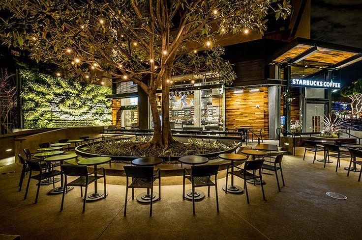 Tres Starbucks distanciados en el globo terráqueo y unidos por su decoración sostenible y espectacular