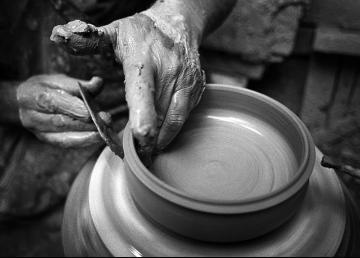 Ceramica: Il lavoro manuale di un artigiano.