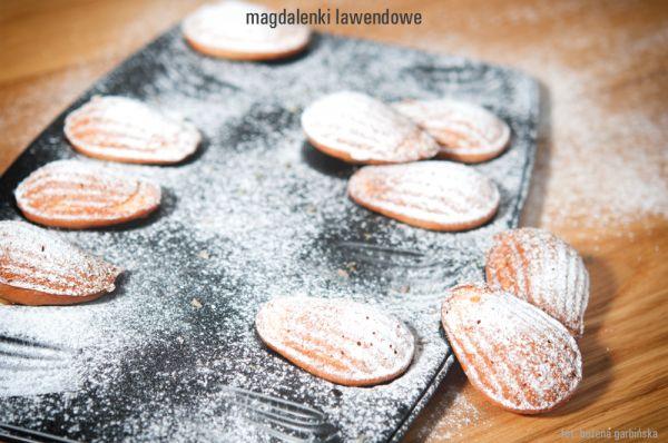 Magdalenki lawendowe - posmakują nawet tym, którzy pasjonatami lawendy nie są. Jedno ciasteczko o wadze ok. 34g ma 2,5 wymiennika, w tym 1,8 WW i 0,7 WBT. 100g ma ok. 409 kcal.