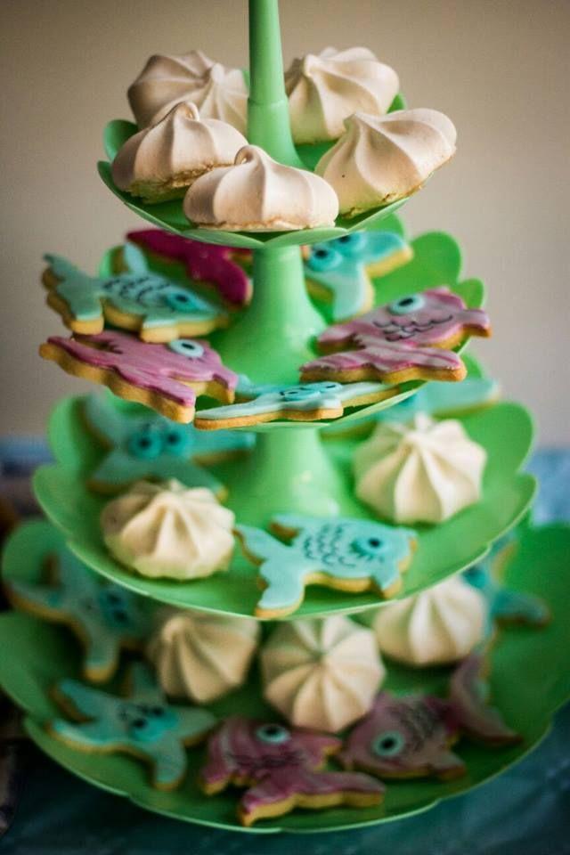alzatina per un compleanno a tema mare e estate, in tonalità blu e verde acqua some of the sweets I made for a summer and beach themed wedding...
