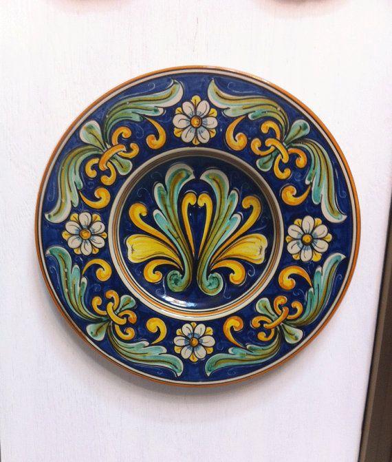 Piatto in ceramica di Caltagirone. Maiolica modellata al tornio con decoro del '700 a motivi floreali.