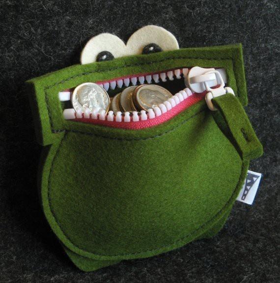 cartera hecha de fieltro con forma de rana,