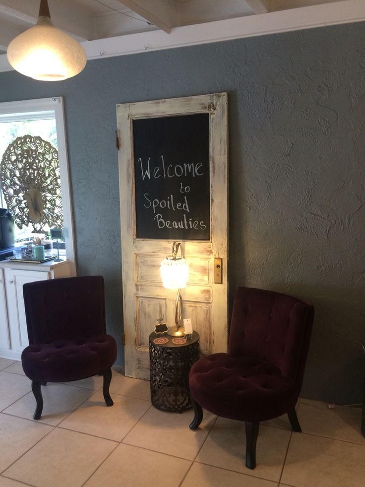 Inviting waiting area in a small space #waitingarea #smallsalons #spa #salon…