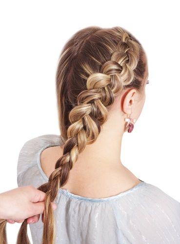 """trenza holandesa.-Una trenza holandesa es el reverso de una trenza francesa. A veces se le llama trenza de """"adentro hacia afuera""""  o trenza inversa.  La técnica es la misma, excepto que en lugar de llevar las secciones de tu trenza sobre y en el centro, los llevas por debajo, esto crea uno de los estilos favoritos de trenza ya que se puede ver la forma de la trenza en la parte superior, mientras que las secciones de cabello añadido quedan sin problemas por debajo."""