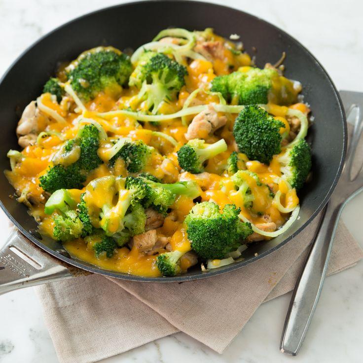 Brokkoli-Spiralen ersetzen die Kalorien, machen aber genauso satt. Mit zartem Hähnchenfleisch und würzigem Käse überbacken, kann das nur gut ankommen!