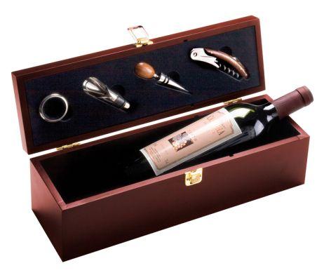 Luxusná drevená krabica pre víno s doplnkami. Krabica je vyrobená z kvalitného dreva a je vhodná ako darček alebo dekorácia pre Vašich príbuzných. Z obyčajnej drevenej krabice sa stane pekný, jedinečný darček. Luxusná drevená krabica pre víno s doplnkami je vhodná ako darček pre Vašich priateľov alebo známych. Krabica je v hnedej farbe