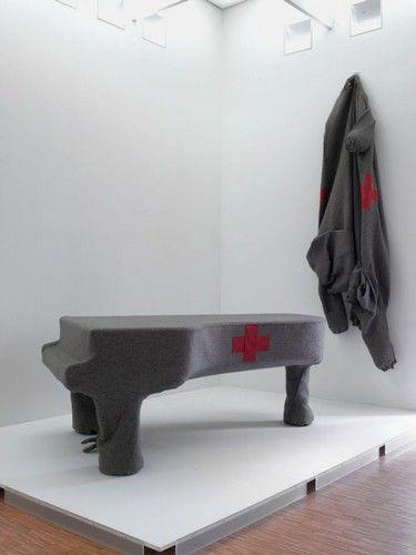 Joseph Beuys, 1966, piano covered with felt and leather Ce piano de feutre idolant acoustique, bien silencieux, dote de croix rouge, evoque le scandale pharmaceutique du thalhomide prescrit aux femmes enceintes ds les annees 50 et 60 et la souffrance de leurs engants malformes