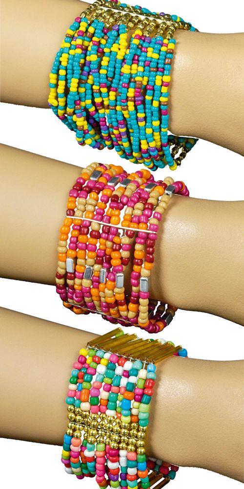 Mit diesem tollen Armschmuck wird jedes Hippie Kostüm im Retro Stil der 70er und 80er Jahre perfekt zu Karneval oder der Mottoparty! Die Armbänder sind mit bunten Perlen verziert und mit Gummizug aufgereiht, d.h. sie passen sich dem Arm an.