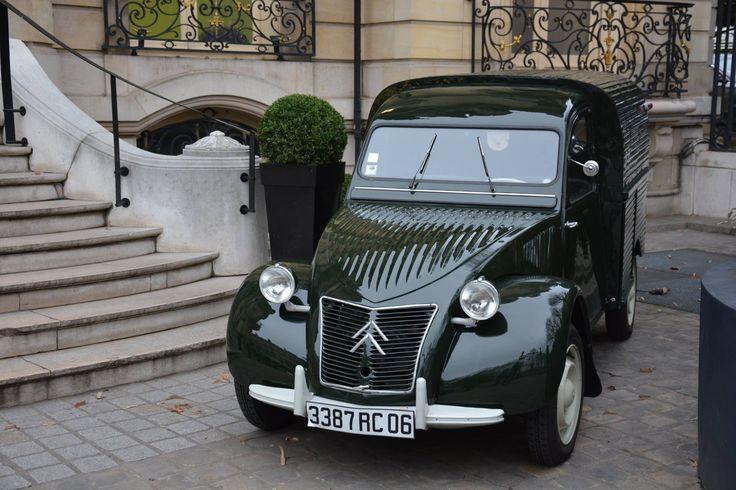 2cv fourgonnette réalisée par l'ATELIER de la 2CV à Grasse (FRANCE) pour le palace le PENINSULA à Paris