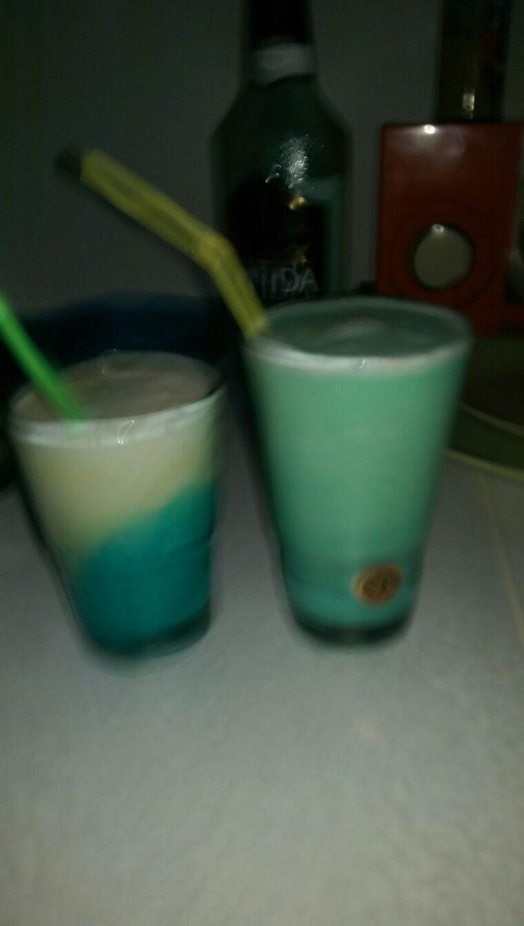 Swimmingpool 🍹🍹😄 2cl malibu+ 2cl Wodka + 4cl Ananas Juice + 2 cl cream + 2 cl blue Curacao