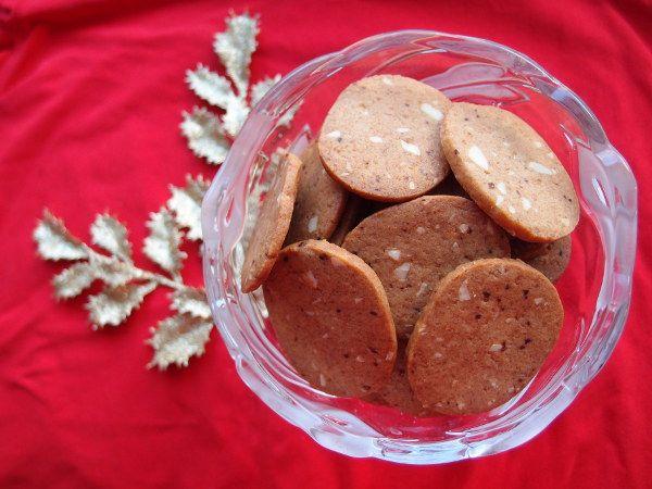brunkager, jul, julesmåkager, småkage, kage, dessert, hvedemel, potaske, smør, kanel, nelliker, mørk farin, sirup, mandler, nødder, allehånde