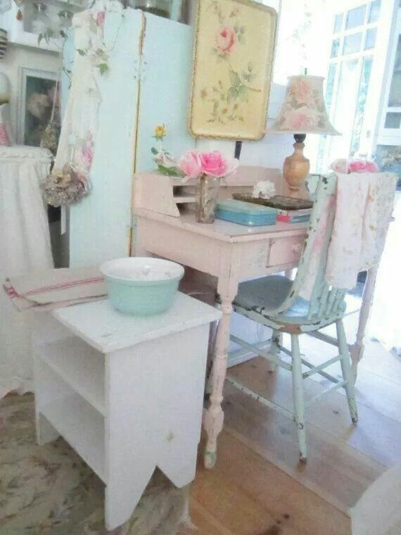 Dream work space! Vintage, floral, pastel and pink!