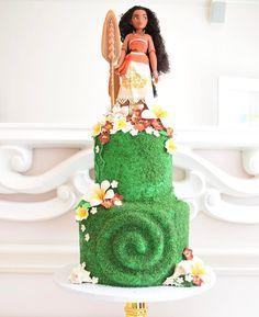 Going to be seeing more and more of this girl #moana #moanadesserttable #moanacake #disneymoana #heartoftefiti #tefiti #Hawaii #hawaiiancake #moanaparty #girlboss #cakeart #losangeles #beveryhills #babybeas #cake #customcake #bakery #luau #yourewelcome #hawaiiancake #howfarillgo