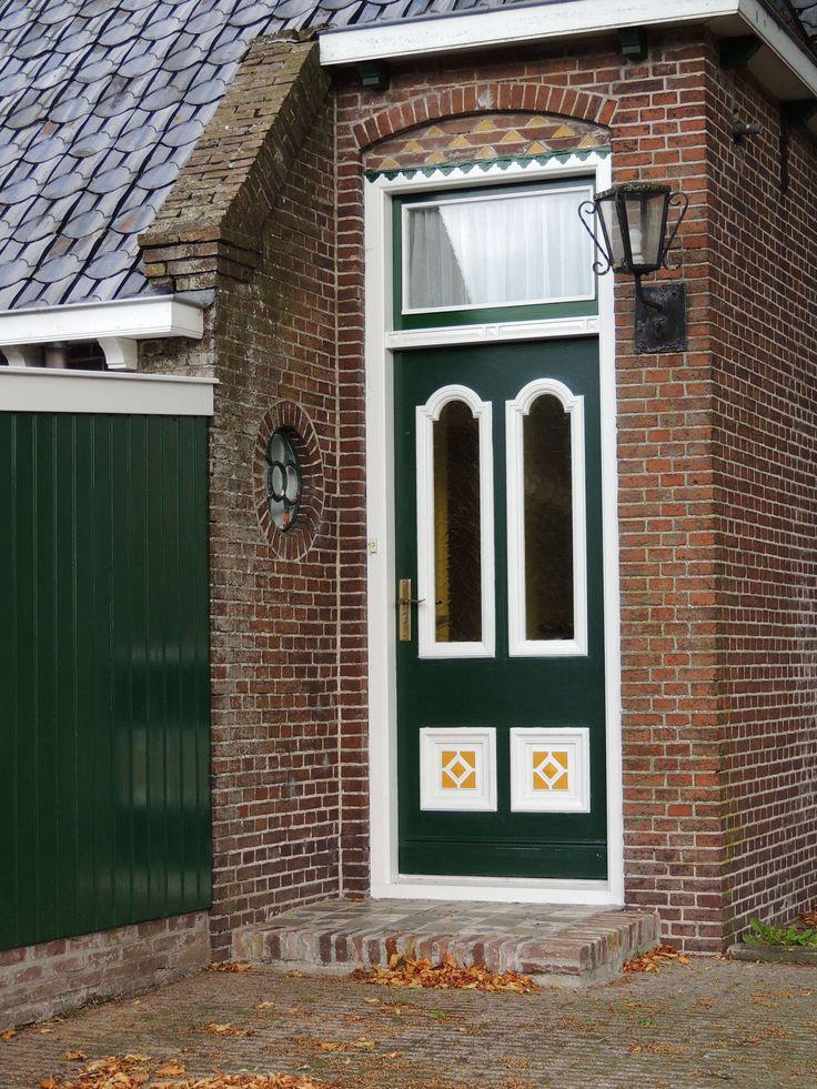 Zijdeur van een monumentale boerderij in Twijzel. Friesland