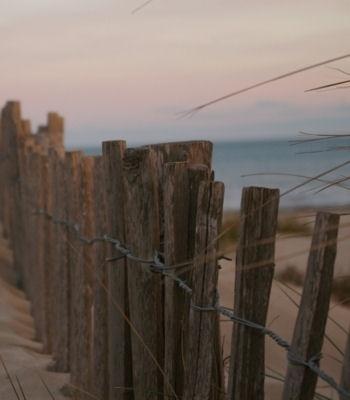 flâner sur le sable entre la grande-motte et port camargue.