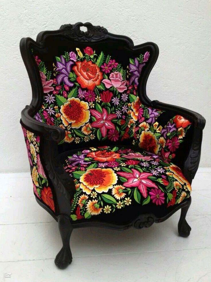 Sillón tapizado con bordados mexicanos, haciendo que con los colores de las flores no se pierda la esencia mexicana.