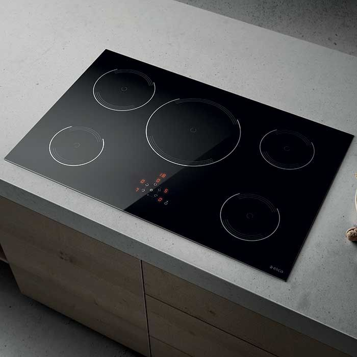 Elica LIEN GOLDEN 805 BL induction hob is equipped with a wireless system that connects it with the hood in order to regulate its aspiration capacity accordingly to the type of cooking.