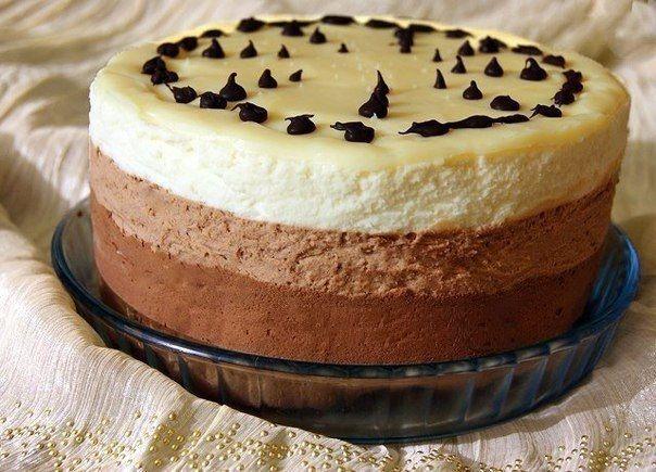 Astăzi echipa Bucătarul.tv v-a pregătit o rețetă incredibil de apetisantă și delicioasă – tort de mousse de ciocolată, care se topește în gură! Preparat din 3 feluri diferite de ciocolată – ciocolată neagră, ciocolată cu lapte și ciocolată albă, acest desert are un gust pur și simplu fenomenal. Dulce, aromat, cremos și fin acest tort …