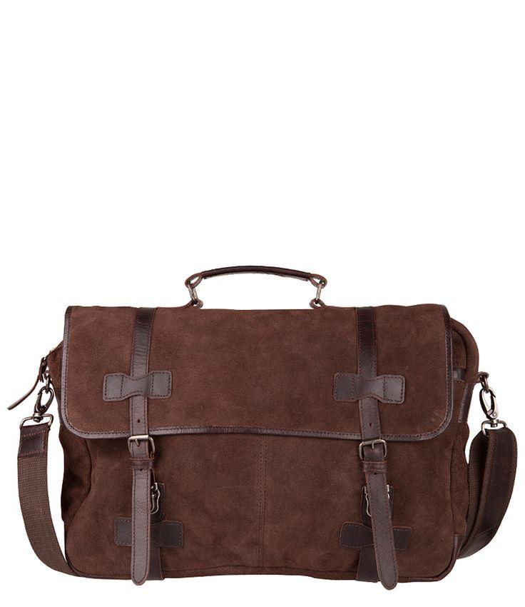 Een stoere werktas of schooltas van Cowboysbag gemaakt van grof suède in combinatie met glad leer.  De tas heeft een flap met 2 gespen. Het hoofdvak heeft een ritssluiting. Over de gehele breedte is er een ruim voor- en achtervak. De tas heeft een binnenvakje met rits en een telefoonvakje. Bij de tas wordt een lang verstelbaar en afneembaar geleverd. Aan de tas hangt het bekende bagage label van Cowboysbag. In de tas past een A4 schrijfblok of laptop.