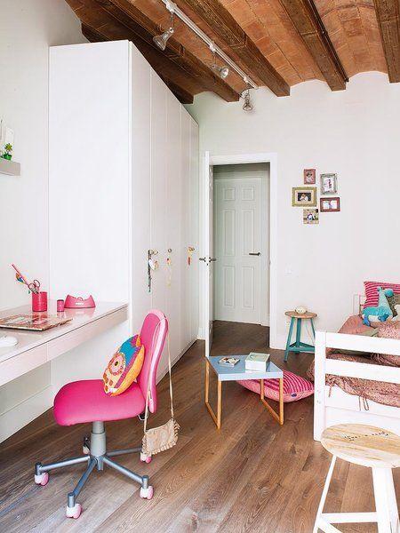 El dormitorio infantil en blanco y rosa