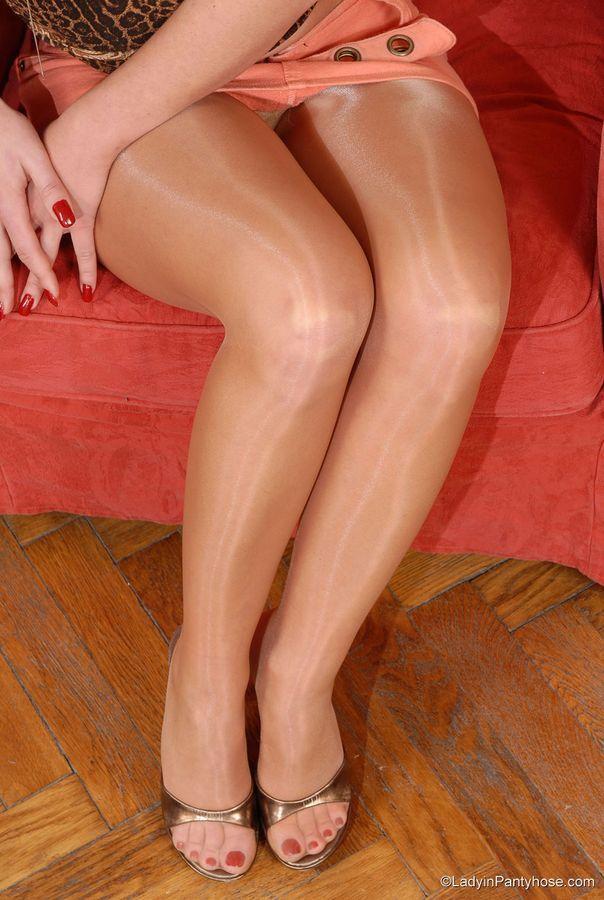 Ziemlich nackt Waring Socke und Fersen Bilder