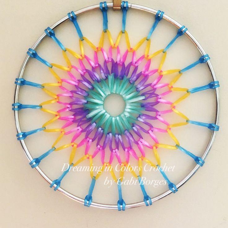 Suncatcher made with rubber bands.  Filtro de sol feito com bandas elásticas. #dreamingincolors #dreamcatcher #crochet #colorful #colorido #art #arte #handmade #stjohns #newfoundland #stjohnsnl #artesanato #craft #yyt #canada