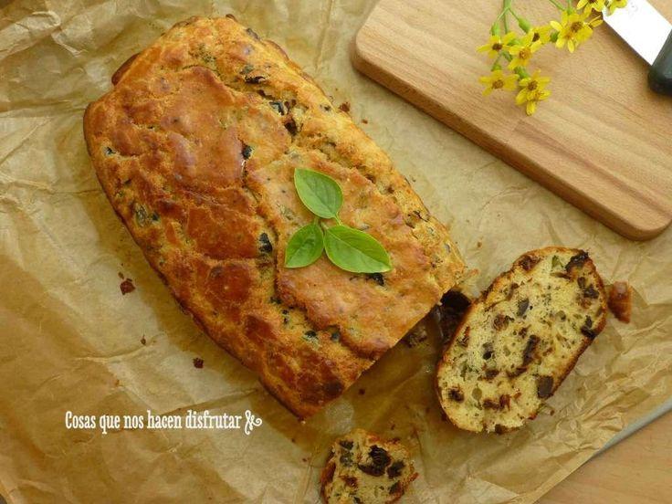 A medo camino entre un pan, un bizcocho o un cake salado, pero sea como sea, está buenísimo. La receta te la explican desde el blog COSAS QUE NOS HACEN DISFRUTAR.