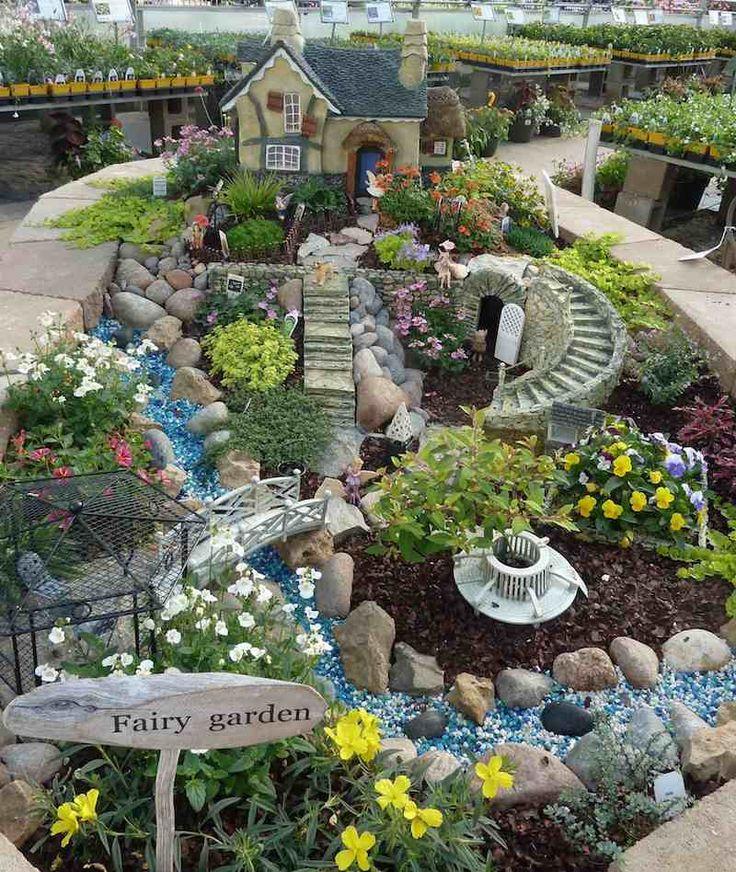 jardin de fées avec riviere en perles, maison et escaliers
