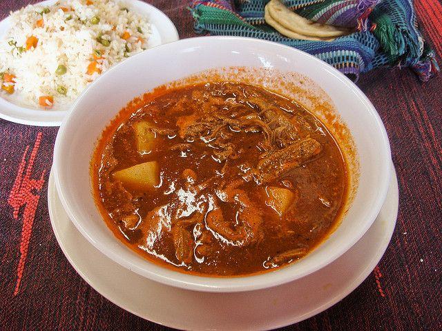 Assiette d'hilachas accompagnée d'une assiette de riz et de tortillas