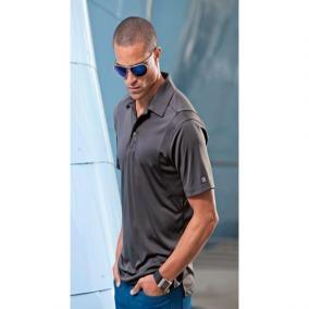 Avec ses rivets stratégiquement positionnés, une patte inspirée des meilleurs jeans et un petit brin de douceur, ce polo est le mélange parfait d'éléments classiques et modernes.