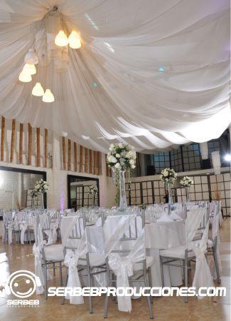 Decoración con telas en el salón, toda la parte de la decoración de tu boda, se define en una cita donde escogerás desde los estilos de los manteles hasta las posición de las mesas, asesoría personalizada.