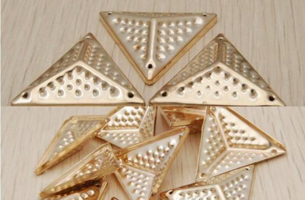 Willkommen zu meinem Geschäft! Wir stellen Ihre Aufmerksamkeit 26mm Sewing Triangle Studs Goldene Nieten 25 Stück GZ018-26GCP Material: Eisen Technik: Überzug Rivet Typ: Open-End Feature:...