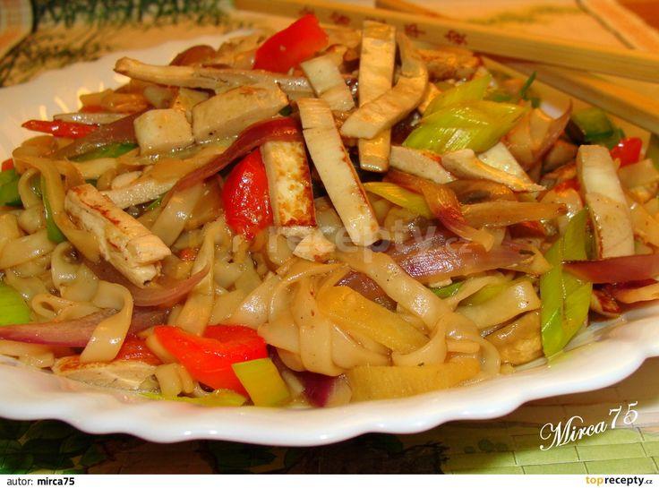 Šmakouna si nakrájíme na jemné nudličky a dáme do misky. Zalijeme sojovkou, worcestrem, přidáme koření na čínu, promícháme a necháme chvíli...