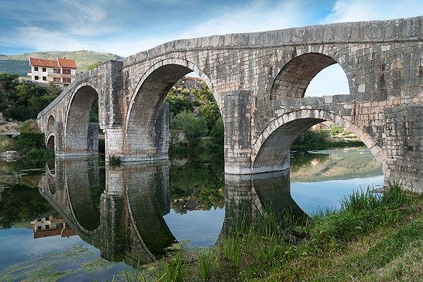 Trebinje Bosznia-Hercegovina legdélibb városa. Csupán 28 kilométerre fekszik a híres Dubrovniktól. Ez a gyönyörű város épségben átvészelte az évszázadok pusztító háborúit. Trebinje látnivalója az Arslanagićahíd, mely körülbelül 500 éves. #trebinje #bosznia
