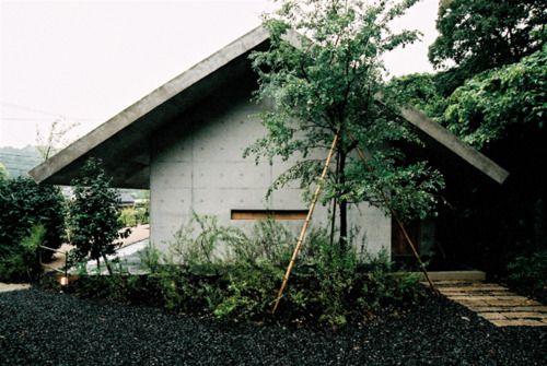 Uno Tomoaki - Hazu house, Japan 2007. Gable roof, concrete form, wide eaves.