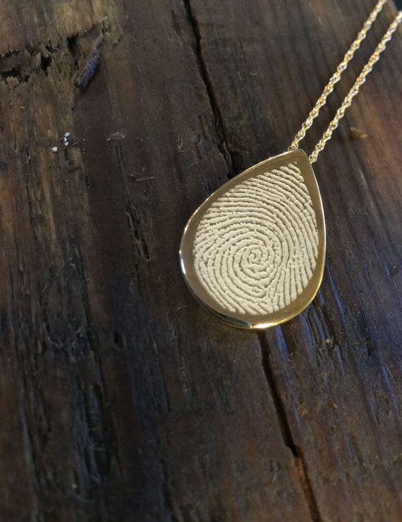 Dankzij deze gouden ketting met vingerafdruk draag jij je overleden dierbare altijd bij je | Vind meer inspiratie over het afscheid, de uitvaart en het rouwen op http://www.rememberme.nl